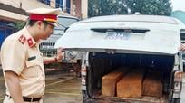 Xe biển xanh ngụy trang xe cấp cứu chở gỗ lậu