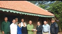 Nghĩa Đàn: Trao tiền hỗ trợ sửa nhà cho hộ nghèo
