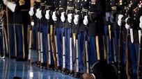 Lý do lính danh dự Mỹ đứng im khi đồng đội ngất trước mặt Obama
