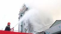 Cháy lớn khiến kho xưởng hàng trăm mét vuông bị thiêu rụi