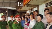 Phòng Cảnh sát môi trường tặng quà hộ nghèo xã biên giới Nậm Càn