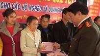 Công an tỉnh Nghệ An trao quà Tết cho hộ nghèo Quế Phong
