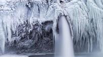 Thác nước cao 75 m đóng băng trong giá lạnh -35 độ C
