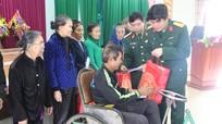 Bộ CHQS tỉnh tặng 40 suất quà cho các hộ nghèo