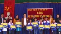 Tặng quà Tết Đinh Dậu cho học sinh nghèo