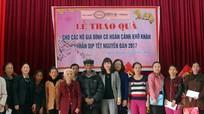 Trao quà cho các hộ nghèo nhân Tết Đinh Dậu 2017