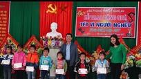 Văn phòng Tỉnh ủy tặng quà Tết cho hộ nghèo, học sinh xã Phú Sơn, huyện Tân Kỳ
