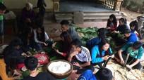Sinh viên gói bánh chưng tặng người nghèo