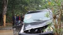 Xe 7 chỗ mất lái đâm gốc cây, cô dâu bị thương nặng