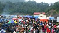 Hàng nghìn người chen chúc đến chợ biên Việt - Lào trong mưa