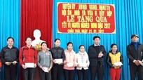 Các địa phương, đơn vị tặng quà cho người nghèo dịp Tết Đinh Dậu 2017