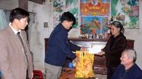 Các tổ chức, địa phương tặng quà người nghèo dịp Tết Đinh Dậu