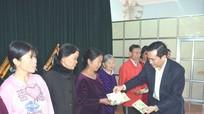 Phó Chủ tịch UBND tỉnh Lê Ngọc Hoa tặng quà Tết cho người nghèo