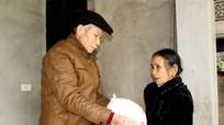Cụ ông 80 tuổi dành lương mua gạo tặng người nghèo dịp Tết