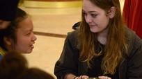 Khách nước ngoài gói bánh chưng tặng người nghèo ở TP Vinh