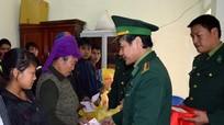 Các tổ chức, cá nhân tặng quà cho người người nghèo ngày cận Tết