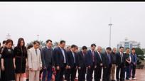 Kiều bào Nghệ An dâng hoa tưởng niệm Chủ tịch Hồ Chí Minh
