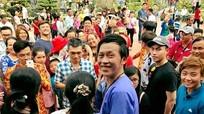 Khán giả vây kín Hoài Linh ở nhà thờ tổ ngày Tết
