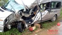 Xe tải 'đối đầu' xe du lịch, 3 người thương vong