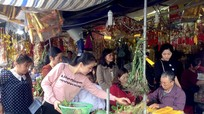 'Chợ lễ' trước cổng đền ông Hoàng Mười