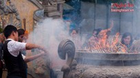 Tâm lý người Việt đi lễ: Đốt hương càng nhiều, công đức càng lớn?