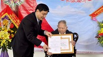 Bí thư Tỉnh ủy trao huy hiệu cho đảng viên 70 năm tuổi Đảng