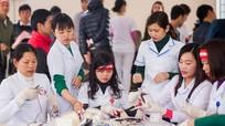 Gần 2.000 người tham gia ngày hội 'Giọt hồng blouse trắng'