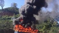 Xe chở 40 người cháy ngùn ngụt trên đèo