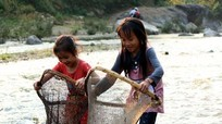 Hàng trăm người xuống suối bắt cá mùa nước cạn ở vùng cao