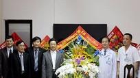 Phó Bí thư Tỉnh ủy Nguyễn Xuân Sơn thăm, tặng quà một số đơn vị y tế