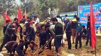 Thanh niên Quỳ Châu giúp dân tu sửa đường liên bản