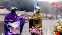 Sinh viên kinh doanh hoa lo ế hàng ngày mưa