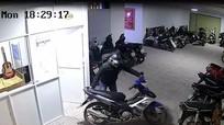 Clip ghi cảnh thanh niên lấy cắp 2 chiếc xe máy trong vòng 15 phút
