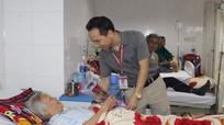 Bệnh viện Đa Khoa Cửa Đông: Tặng hoa cho bệnh nhân nữ
