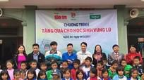 Trao 700 suất quà cho học sinh nghèo Quỳnh Lưu