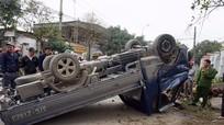Xe tải lật ngửa, tài xế kẹt trong cabin bất tỉnh