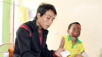 Cậu bé người Khơ mú bị bỏng nặng cần được giúp đỡ
