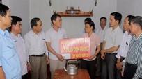 Hội Nông dân Đô Lương tặng lợn giống cho hội viên nghèo
