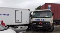 QL 1A ùn tắc 2 km do xe tải đâm xe container