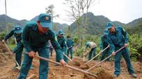 Bộ đội, dân quân huyện Con Cuông giúp dân mở đường