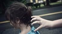 Thủ đoạn dụ dỗ trẻ của kẻ ấu dâm mà cha mẹ nào cũng cần biết