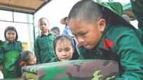 Học sinh tiểu học trải nghiệm một ngày làm chiến sỹ