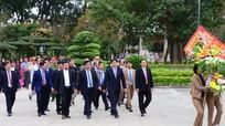 Tỉnh Bình Định tặng mẫu tượng Nguyễn Sinh Sắc và Nguyễn Tất Thành cho tỉnh Nghệ An