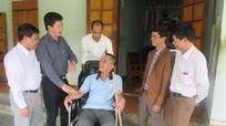 Trao xe lăn cho các đối tượng chính sách ở Con Cuông