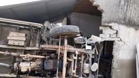Xe chở ngô đâm sập cửa hàng sửa xe máy