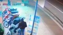 Hai thanh niên liều lĩnh bẻ khoá xe SH trước cửa hàng