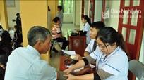 3.733 hộ cận nghèo được trao thẻ BHYT