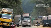 Xe trọng tải lớn đỗ thành hàng dọc quốc lộ 7A