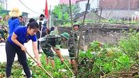 Trung đoàn 764 giúp nhân dân vùng giáo nạo vét mương thoát nước