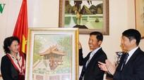 Chủ tịch Quốc hội gặp gỡ cán bộ ĐSQ và cộng đồng người Việt ở Hungary